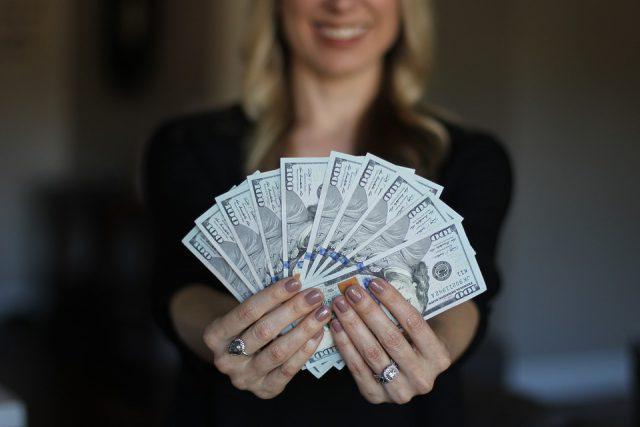 女性とお金(札束)画像